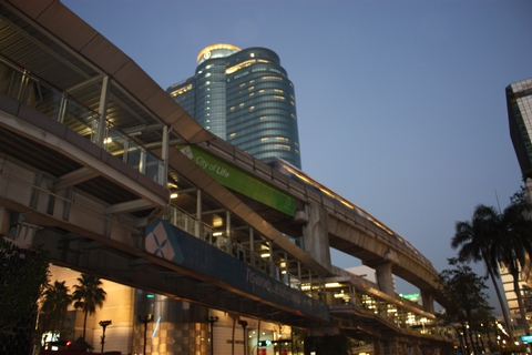 bangkok-skytrain-by-night