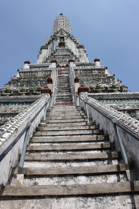 bangkok-wat-arun-steep-stairs-bottom-jpg