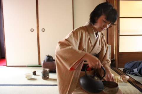 tea-ceremony-pouring