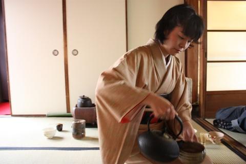 tea-ceremony-pouring